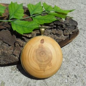 Cédrus Nagy Medál, Ékszer, Medál, Nyaklánc, CÉDRUS medál , 4 cm ,antik bronzszín kerek medálalapban ,nikkelmentes  láncon.   A fa  felülete növé..., Meska