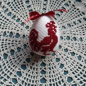 Hímzett tojás, Húsvéti díszek, Ünnepi dekoráció, Dekoráció, Otthon & lakás, Hímzés, Hímzett tojás, kakas motívummal, sötét piros színben. Mérete 10,5x8,5 cm kérhető akasztóval vagy aka..., Meska