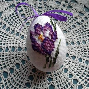 Virágos tojás, Húsvéti díszek, Ünnepi dekoráció, Dekoráció, Otthon & lakás, Hímzés, Tavaszváró kikerics mintával hímzett, húsvétra tojás, kérhető akasztóval is. Méretei 13x11,5 cm..., Meska