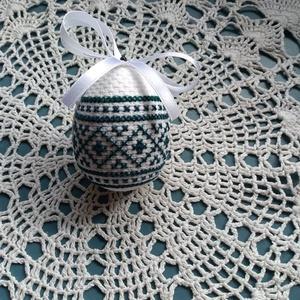 Tojás hímzéssel, Húsvéti díszek, Ünnepi dekoráció, Dekoráció, Otthon & lakás, Hímzés, Hímzéssel készült tojás húsvétra motívummal, méretei 10,5x8,5 cm kérhető akasztóval is., Meska