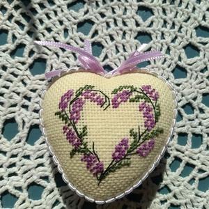 Levendula mintás szív, Dekoráció, Otthon & lakás, Dísz, Hímzés, Levendula mintával készült hungarocell szívecske, 6 cm es alapra készült. Remek dekoráció lehet leve..., Meska