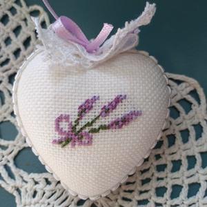 Levendulás szív, Dekoráció, Otthon & lakás, Dísz, Hímzés, Levendula mintával készült szívecske 6 cm es alapra. Kiváló lehet ajándékként is, levendula kedvelők..., Meska
