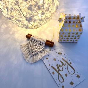 Makramé ajándékkísérő - karácsony - karácsonyi ajándékozás - karácsonyi képeslap, üdvözlőlap, ajándékkísérő - Meska.hu