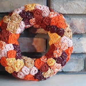 Őszi koszorú , Otthon & lakás, Dekoráció, Dísz, Lakberendezés, Koszorú, Asztaldísz, Varrás, Virágkötés, Ez egy szalma alapra készített őszi koszorú.\nSaját készítésű textil rózsákkal díszítettem.\nAz évszak..., Meska