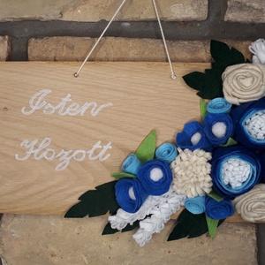Üdvözlő tábla, Otthon & Lakás, Dekoráció, Ajtódísz & Kopogtató, Mindenmás, Filc anyagból készítettem a virágokat és ezekkel\ndíszítettem egy 33 X 14 cm-es fa táblát.\nAjtóra, fa..., Meska