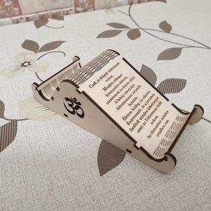 Egyedi fa telefontartó bőség mantrával , Íróasztali tároló, Tárolás & Rendszerezés, Otthon & Lakás, Famegmunkálás, Gravírozás, pirográfia, Bőség mantrával gravírozott, egyedi megjelenésű telefontartó. Akár magában, dísznek is használható.\n..., Meska