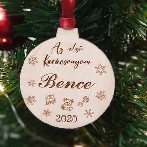 Baba első karácsonya fenyőfa dísz - A baba nevével gravírozva, Otthon & Lakás, Karácsony & Mikulás, Karácsonyfadísz, Famegmunkálás, Gravírozás, pirográfia, Ünnepeld a baba első karácsonyát ezzel a gyönyörűen gravírozott fa dísszel! \nKülönleges karácsonyi e..., Meska