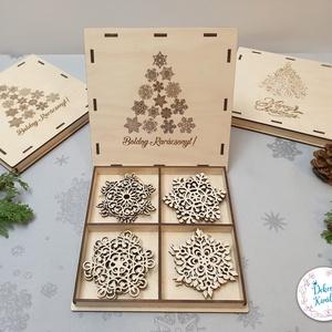 Karácsonyfa díszek fából, egyedi díszdobozban 12db-os szett, Karácsony & Mikulás, Karácsonyfadísz, Famegmunkálás, Gravírozás, pirográfia, 4 féle különböző mintájú dísz, 12db-os készletben, exkluzív, gravírozott díszdobozban.\nIdeális ajánd..., Meska