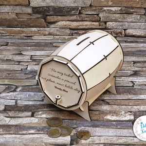 Névreszóló, gravírozott hordó persely, pénztartó fából , Otthon & Lakás, Dekoráció, Persely, Famegmunkálás, Saját tervezésű és készítésű hordó alakú persely, natúr nyírfából.\nHátul csavaros ajtó található. Íg..., Meska