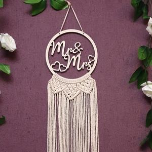 Mr és Mrs falidísz, álomcsapda, Makramé díszítéssel, Otthon & Lakás, Dekoráció, Falra akasztható dekor, Famegmunkálás, Kötés, Mr&Mrs feliratú falidísz - álomcsapda fából, makramé díszítéssel.\nTökéletes ajándék lehet friss háza..., Meska
