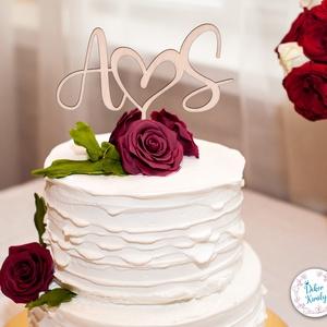 Monogramos esküvői tortadísz, névreszóló esküvői torta dekoráció , Esküvő, Dekoráció, Sütidísz, Famegmunkálás, Névre szóló esküvői tortadísz, az általad megadott nevek kezdőbetűiből, középen szívvel.\nHa igazán e..., Meska