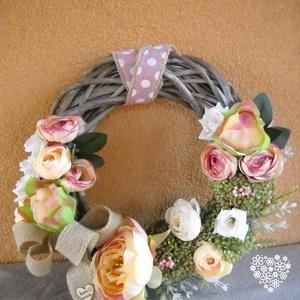 Romantikus kopogtató, Dekoráció, Otthon & lakás, Lakberendezés, Ajtódísz, kopogtató, Virágkötés, Vintage hangulatot csempészhetünk otthonunkba ezzel a bazsarózsafejes és rózsás ajtódísszel. A virág..., Meska