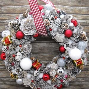 Havas-piros ünnepi kopogtató, Otthon & Lakás, Karácsony & Mikulás, Karácsonyi kopogtató, Virágkötés, Igazi karácsony váró kopogtató havas jellegű termésekkel, ezüst és piros díszekkel kb.27 cm-es átmér..., Meska