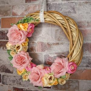 Romantikus rózsás kopogtató, Otthon & Lakás, Dekoráció, Ajtódísz & Kopogtató, Virágkötés, 25 cm-es vessző alapon pasztell színvilágú rózsák és boglárkák egy igazán romantikus hangulatért.\n..., Meska