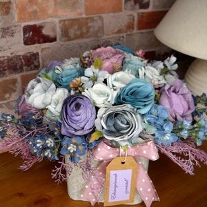 Hűvös selyemvirágok kaspóban, Otthon & Lakás, Dekoráció, Asztaldísz, Virágkötés, Különleges szürkés kaspóba raktam hideg színű selyemvirágokat pöttyös szalaggal díszítettem. Anyák n..., Meska