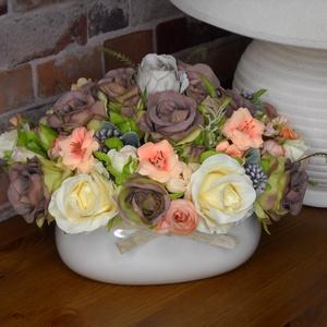 Virágos tál, Otthon & Lakás, Dekoráció, Asztaldísz, Virágkötés, Vajszínű kerámia tálba gyönyörű selyemvirágokat raktam hasonló színekben barnával és barackkal fűsze..., Meska