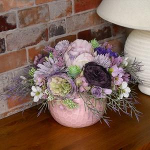 """Lila asztali, Otthon & Lakás, Dekoráció, Asztaldísz, Virágkötés, Különféle lila virágok kerültek ebbe a fáradt rózsaszínű \""""nyomott\"""" mintás kaspóba, mely bármilyen as..., Meska"""