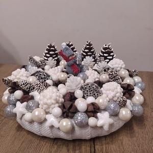 Karácsonyi asztaldísz, adventi koszorú, Karácsony & Mikulás, Otthon & Lakás, Adventi koszorú, Virágkötés, Karácsonyi asztaldísz, adventi koszorú toboz alakú gyertyával, figurával, téli apró dekorgyöngyökkel..., Meska