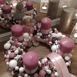 Adventi koszorú pasztell mályva színvilágban kb 28cm, Otthon & Lakás, Karácsony & Mikulás, Adventi koszorú, Virágkötés, Adventi koszorú pasztell rózsaszínes-mályvás színvilágban. Szőrmés alapon fehér és pasztell rózsaszí..., Meska