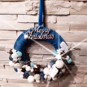 Karácsonyi kopogtató, ajtódísz, Karácsony & Mikulás, Karácsonyi kopogtató, Virágkötés, Karácsonyi kopogtató, ajtódísz, türkiz-fehér színvilágban, kötött hatású zoknival és kesztyűvel\nMére..., Meska