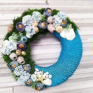 Tavasz-nyári kopogtató, ajtódísz kb 33 cm, Otthon & Lakás, Dekoráció, Ajtódísz & Kopogtató, Virágkötés, Tavaszi-nyári kopogtató, ajtódísz. \nSíkalapra készült vastag dekorzsinórral  betekert, kék-türkiz sz..., Meska