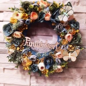 Nyári-tavaszi kopogtató kb 32 cm, Otthon & Lakás, Dekoráció, Ajtódísz & Kopogtató, Virágkötés, Sok-sok virággal telerakott, tavaszi-nyári kopogtató,, ajtódísz.\nMérete: kb 32 cm\nSíkalapra készült,..., Meska