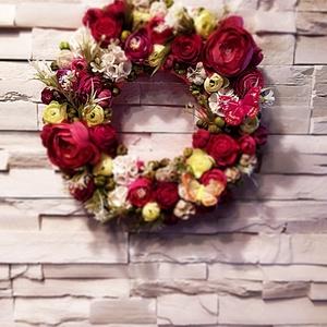 Nyári-tavaszi kopogtató kb 32 cm, Otthon & Lakás, Dekoráció, Ajtódísz & Kopogtató, Virágkötés, Sok-sok virággal telerakott, tavaszi-nyári kopogtató,, ajtódísz.\nMérete: kb 32 cm\nSíkalapra készült ..., Meska