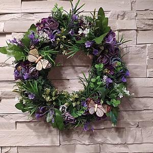 Nyári-tavaszi sok-sok zöldes kopogtató kb 33 cm, Otthon & Lakás, Dekoráció, Ajtódísz & Kopogtató, Virágkötés, Sok-sok zölddel telerakott, lilás virágokkal díszített tavaszi-nyári kopogtató, ajtódísz.\nMérete: kb..., Meska