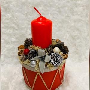 Piros dob asztaldísz, Otthon & lakás, Lakberendezés, Asztaldísz, Virágkötés, 9 cm átmérőjű dob formájú kerámiába készítettem ezt a piros gyertyás adventi asztaldíszt. , Meska