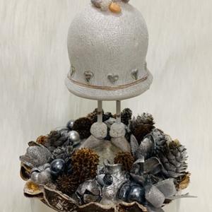 Ezüst-fehér angyalkás asztaldísz, Otthon & lakás, Dekoráció, Ünnepi dekoráció, Karácsonyi, adventi apróságok, Karácsonyi dekoráció, Lakberendezés, Asztaldísz, Virágkötés, 12 cm átmérőjű modern, magasfényű ezüst kaspóban található ez a bájos angyalka. A dekoráció teljes ..., Meska