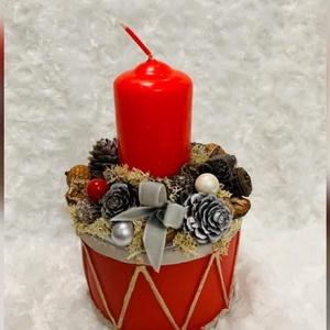 Angol stílusú asztaldísz, Karácsony & Mikulás, Karácsonyi dekoráció, Virágkötés, 15 cm átmérőjű beton kaspóba készített piros Gyertyával díszített asztaldísz, Meska