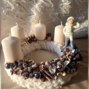 Adventi koszorú, Karácsony & Mikulás, Adventi koszorú, Virágkötés, Adventi koszorú Amelyet 25 Centiméteres alapra készítettem négy gyertyával És bájos kisfiú figurával..., Meska