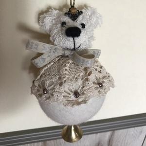 Natúr karácsonyfagömb mackó rézcsengővel, Karácsonyi dekoráció, Karácsony & Mikulás, Otthon & Lakás, Baba-és bábkészítés, 8cm átmérőjű  natúr gyapjú gömb az alapja. Natúr  pamut steiffszőrből készült a mackó feje. Szeme: ó..., Meska