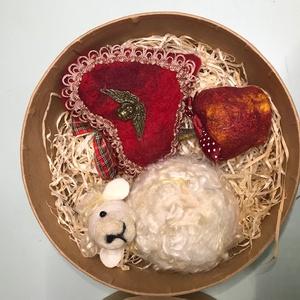 Gyapjú díszek díszdobozban, Művészet, Nemezelés, Különleges egyedi tervezésű gyapjú karácsonyfa díszek, vastag karton díszdobozban. 1db gyapjú bárány..., Meska