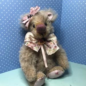 Rozina- Kislány mackó, Művészet, Textil, Baba-és bábkészítés, 26 cm magas, STEIFF szőrből készült beige színű mackó.\nKeze, lába fakorongokkal csavarral rögzített...., Meska