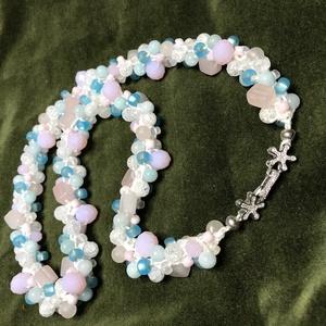 Spirálisan horgolt rózsaszín-kék nyaklánc, Ékszer, Nyaklánc, Gyöngyös nyaklác, 60cm hosszú 3-as spirálisan horgolt nyaklánc. Fehér, halvány rózsaszín, világoskék gyöngyökből: ropp..., Meska