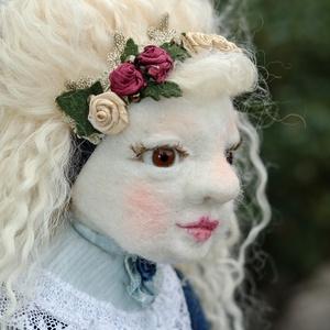 Luca-tűnemezelt játékbaba, Művészet, Más művészeti ág, 45cm magas baba, tűnemezeléssel készült, tiszta gyapjúból. A feje, karja, lába mozgatható, öltözteth..., Meska