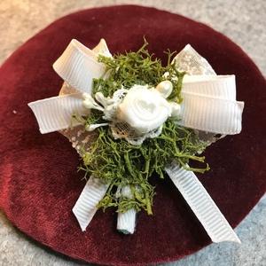 Esküvői kitűző, Esküvő, Kiegészítők, Kitűző, 6 cm magas, izlandi zuzmóval, fehér szalaggal, gyöngyház színű bogyókkal díszített kitűző. Közepében..., Meska