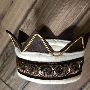Filc korona, Játék & Gyerek, Szerepjáték, Saját tervezésű, kevert szálas natúr és barna filcből készült korona. Belső kör hossza: 55 cm. Dísze..., Meska