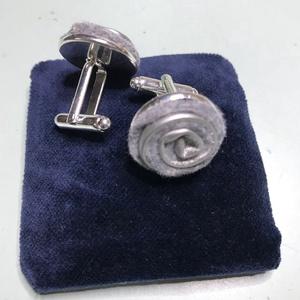 Ezüst-szürke mandzsetta esküvőre, Esküvő, Kiegészítők, Saját tervezésű ezüst- szürke madzsetta gomb. Szürke filc és ezüst textilbőr berakással, ezüst színű..., Meska