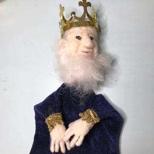 Tű nemezelt király báb, Játék & Gyerek, Bábok, Kesztyűbáb, Baba-és bábkészítés, Felnőtt kézre húzható kesztyű báb. A feje és a keze gyapjúból készült tű nemezeléssel.\nKoronája fémb..., Meska