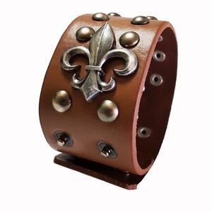 Díszes bőr karkötő, Széles karkötő, Karkötő, Ékszer, Bőrművesség, Ékszerkészítés, A  bőr karkötő 4 cm x 22,5 cm\n\nSzegecs  díszíti.\n\nÁllítható patenttal záródik., Meska