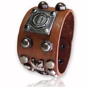 Csavar szegecses bőr karkötő, Széles karkötő, Karkötő, Ékszer, Bőrművesség, Ékszerkészítés, A  bőr karkötő 4 cm x 22,5 cm\n\nA karkötőt  szegecs díszíti.\n\nÁllítható patenttal záródik...., Meska