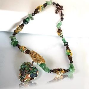 Zöld python mintás bőr nyaklánc ásvánnyal, Ékszer, Karkötő, Bőrművesség, Ékszerkészítés, A zöld nyaklánc python mintás bőrgyöngyből,  apró ásványból, valamint fém köztes felhasználásával k..., Meska
