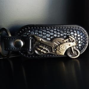 Motoros kulcstartó rájabőrös, Kulcstartó, Kulcstartó & Táskadísz, Táska & Tok, Bőrművesség, A motoros bőr kulcstartó egyedi, és különleges!\nFémötvözet és rájabőr díszíti. Száguldj vele!\nMéret:..., Meska