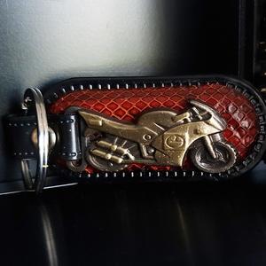 Motoros kulcstartó krokodilmintás bőr, Férfiaknak, Ékszer, kiegészítő, Bőrművesség, A motoros bőr kulcstartó egyedi, és különleges!\nFémötvözet és krokodilmintás bőr díszíti. Száguldj v..., Meska
