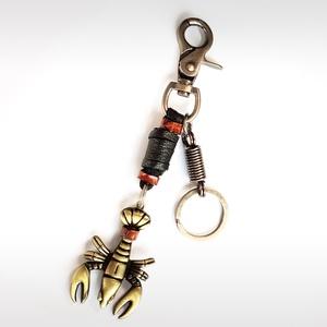 Kulcstartó-skorpiós, Kulcstartó, Kulcstartó & Táskadísz, Táska & Tok, Bőrművesség, Bőr kulcstartó. A kulcstartón skorpiós rézötvözet van. Nadrágra akasztható,strapabíró, látványos, pr..., Meska