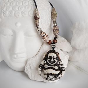 Fehér buddha nyaklánc, Medálos nyaklánc, Nyaklánc, Ékszer, Bőrművesség, Jelenleg nem kapható!\nViaszolt zsinóron lévő nyaklánc egzotikus drapp bőrrel, és fa gyönggyel van dí..., Meska