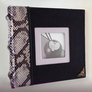 Elegáns kis méretű fekete kígyóbőrmintás fotóalbum, Album & Fotóalbum, Papír írószer, Otthon & Lakás, Bőrművesség, A termék jelenleg nem kapható!\nFekete vászon alapon kígyómintás műbőr rátétes fotóalbum.\nAzr albumot..., Meska