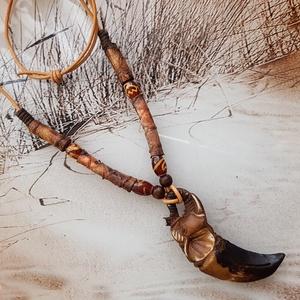 Férfi yak csont agyar bőr nyaklánc, Medálos nyaklánc, Nyaklánc, Ékszer, Bőrművesség, Világosbarna bőr zsinóron lévő nyaklánc krokodil bőrrel, fa és ásványgyönggyel van díszítve.\n\nA medá..., Meska